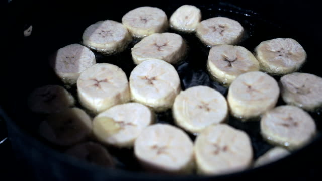 vídeos de stock, filmes e b-roll de fritando chips de banana-da-terra - banana de são tomé