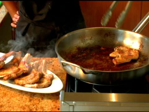 frying schweinefleisch-koteletts in einer großen pfanne - skillet cooking pan stock-videos und b-roll-filmmaterial