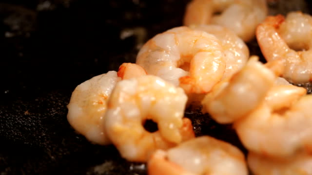 stockvideo's en b-roll-footage met frying shrimps - rijp voedselbereiding