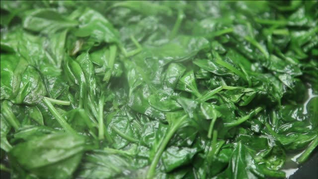 stockvideo's en b-roll-footage met frying spinach leaves - spinazie