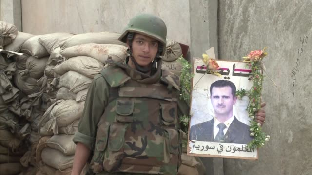 fue bastion de los rebeldes y hoy esta en ruinas. voiced: las ruinas del bastion rebelde on may 02, 2012 in syria - hoy stock videos & royalty-free footage