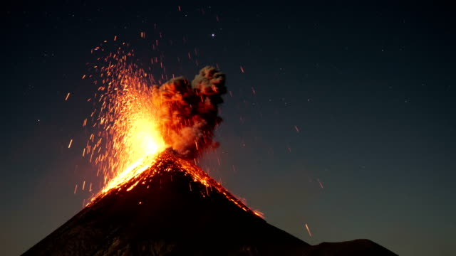 fuego by night - eruzione video stock e b–roll