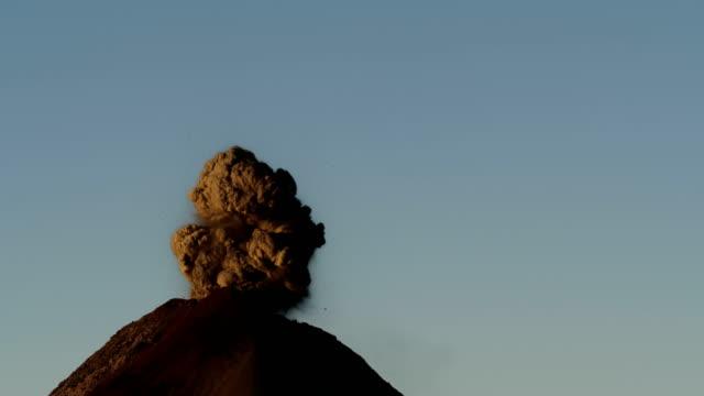 vídeos de stock, filmes e b-roll de fuego by night - entrar em erupção