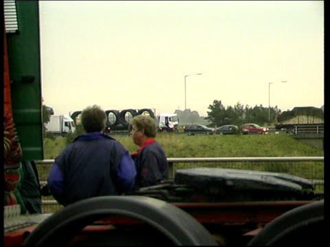 vídeos de stock e filmes b-roll de protests in avonmouth east anglia and carlisle carlisle lorries blocking road / lorries on bridge over motorway / lorries blocking road - east anglia