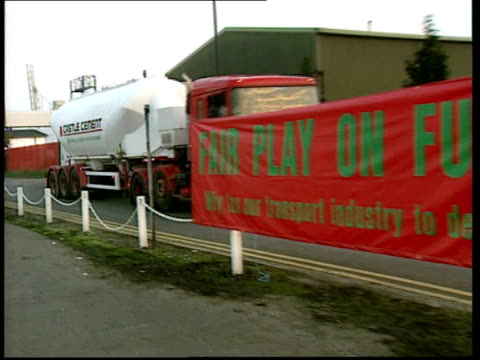 vídeos de stock e filmes b-roll de protests in avonmouth east anglia and carlisle england bristol avonmouth ext general views of banners placards protesters in road / large red banner... - east anglia