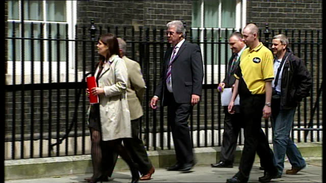 fuel protests; downing street: peter knight and other members of transaction 2007 along to number 10 to hand in petition on behalf of hauliers - petition stock videos & royalty-free footage