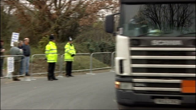 vídeos de stock e filmes b-roll de fuel protests poorly attended; england: hampshire: southampton: ext tanker out of oil terminal past small group of transaction 2007 fuel protestors... - hampshire