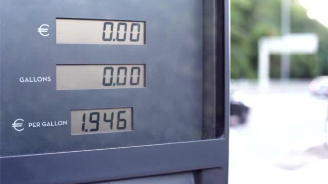 vidéos et rushes de pompe à essence comptoir euro litres - kérosène