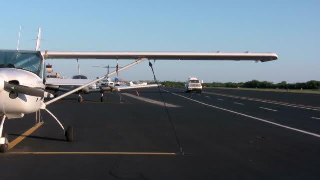 燃料トラックを空港 - 給油点の映像素材/bロール