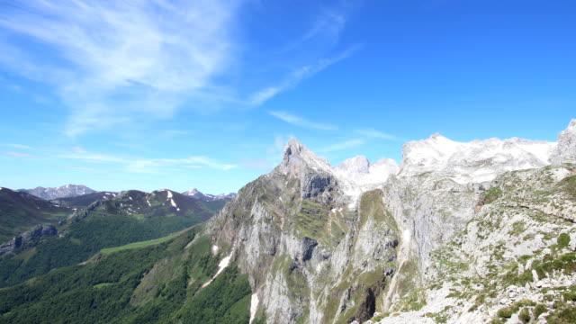 vídeos y material grabado en eventos de stock de fuente dé video de lapso de tiempo - primavera tardía, picos de europa - cadena de montañas