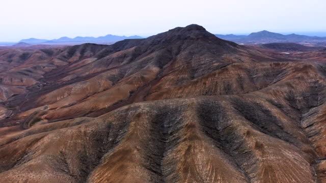 vídeos de stock, filmes e b-roll de vista aérea da fuerteventura montanhas estrada - ilhas do oceano atlântico