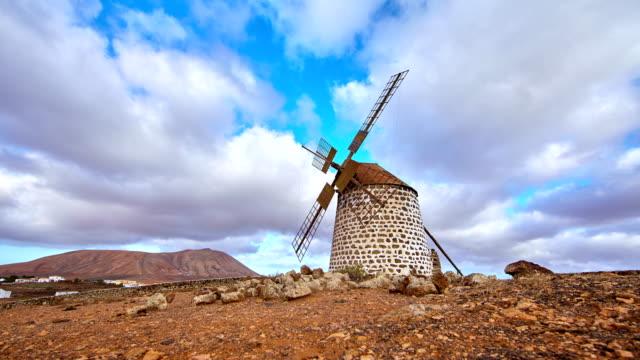 stockvideo's en b-roll-footage met typische windmolen van fuerteventura - canarischeeilanden-time lapse - atlantische eilanden
