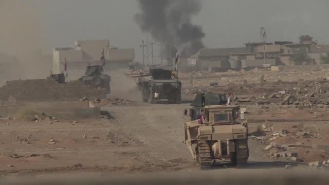 vídeos y material grabado en eventos de stock de fuerzas de elite iraquies avanzaron el viernes en las calles de mosul donde se han topado con una ferrea resistencia de los combatientes yihadistas... - viernes
