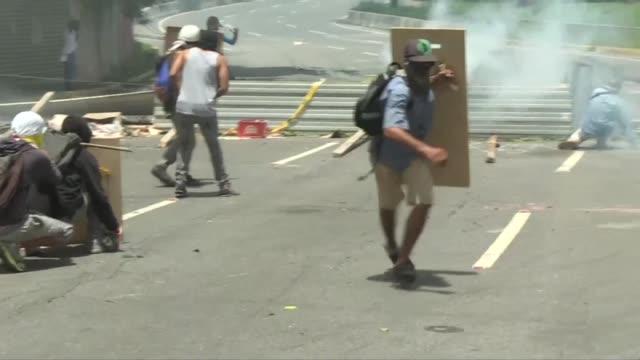 vídeos de stock e filmes b-roll de fuerzas de seguridad chocaron el jueves en caracas con manifestantes que bloqueaban calles durante un paro general para exigir al presidente nicolas... - para choques