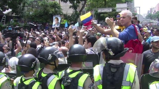 Fuerzas de seguridad venezolanas impidieron el miercoles que una manifestacion opositora llegue hasta la sede del organo electoral para reclamar...