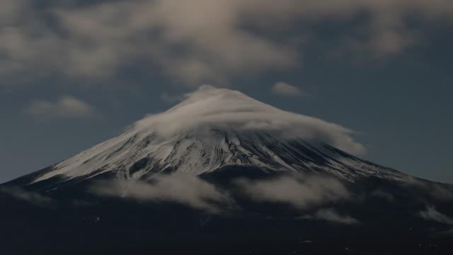 vidéos et rushes de mont fuji dans la nuit, heure lpase - préfecture de yamanashi