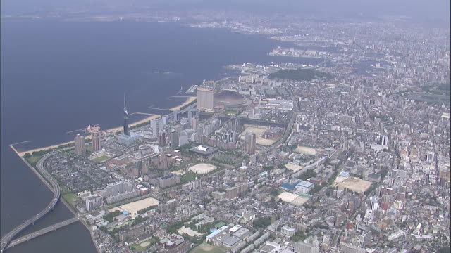 vídeos de stock, filmes e b-roll de fukuoka stretches to the edge of the ocean. - prefeitura de fukuoka