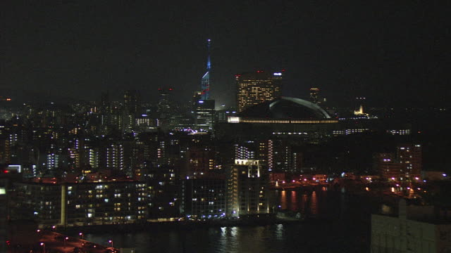 "fukuoka's night view filmed from fukuoka tower and steel tower of kbc in fukuokacity  ""fukuoka tower"" is a symbolic land mark tower stands in western... - prefettura di fukuoka video stock e b–roll"