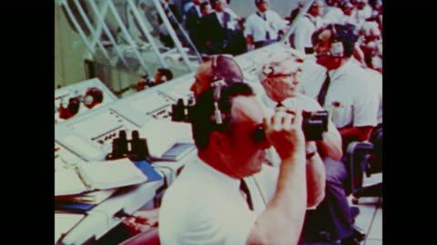 vídeos y material grabado en eventos de stock de full bleachers and control room on the day apollo 11 launches - misión espacial