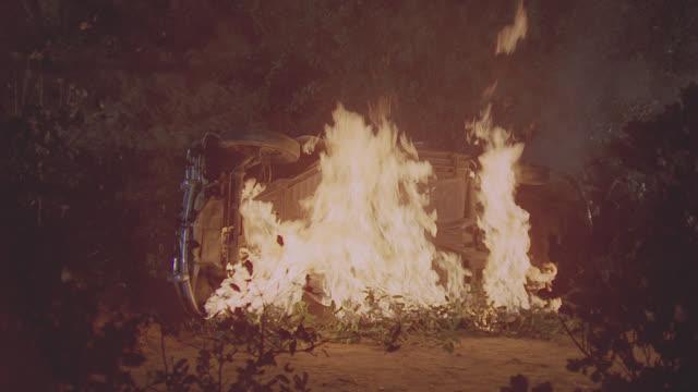 vidéos et rushes de full frame car fire - plein cadre