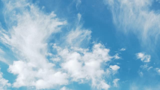 vídeos y material grabado en eventos de stock de full frame of blue sky with tall white clouds moving by the wind. - cirro