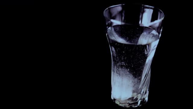 vídeos y material grabado en eventos de stock de vaso lleno de vitamina - magnesio