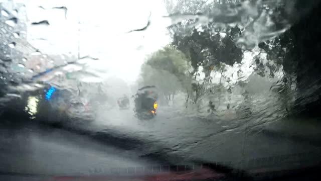 vídeos de stock, filmes e b-roll de carro de hd completo pov a bordo câmera durante fortes chuvas caem em chiang mai, tailândia. - para brisa