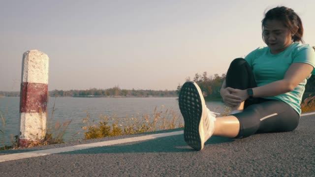 vídeos y material grabado en eventos de stock de duración completa de la mujer ejercicio en carretera - corredora de footing