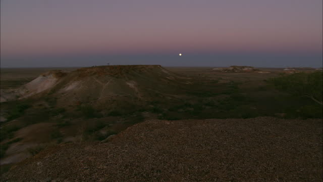 ws full moon above plateau  at twilight, coober pedy, south australia, australia - coober pedy stock videos & royalty-free footage