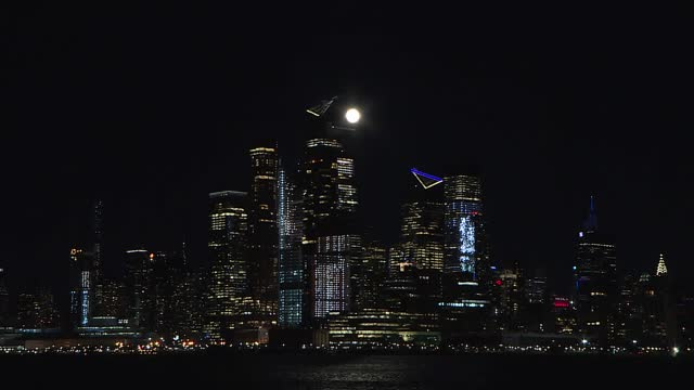 """vídeos de stock e filmes b-roll de full moon also known as """"wolf moon"""" rises over manhattan in new york city, united states on january 28, 2021. - canino"""