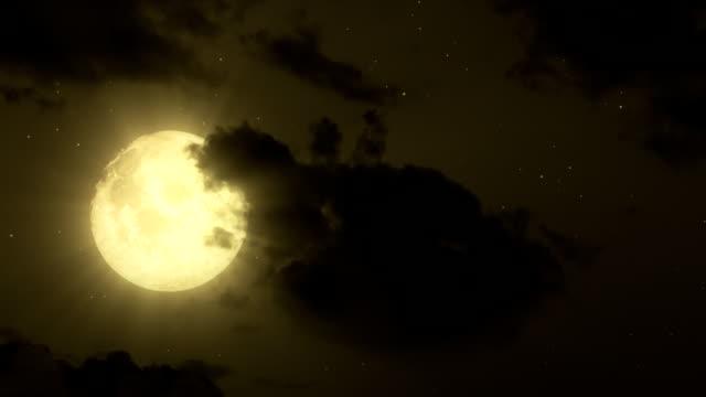 vidéos et rushes de pleine lune et des nuages en mouvement - ciel seulement