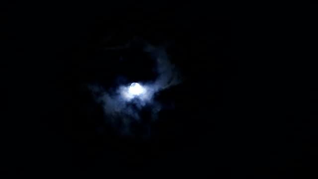 vidéos et rushes de pleine lune dans la nuit - minuit
