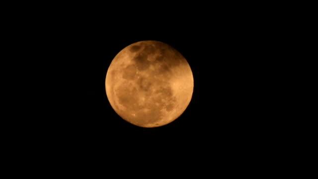 vídeos de stock e filmes b-roll de hd: lua cheia em uma noite nublada - gema semipreciosa