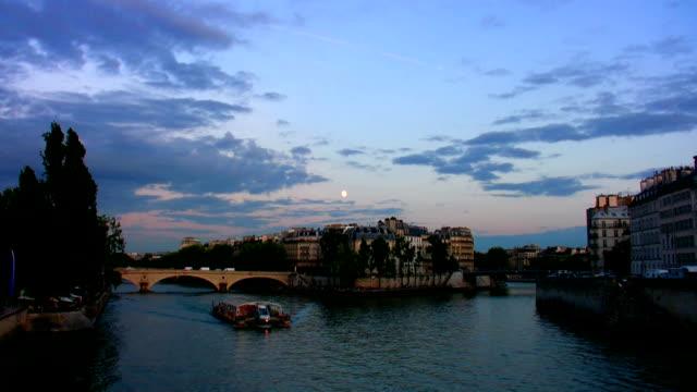 パリで満月 - ポンヌフ点の映像素材/bロール