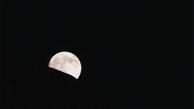 vídeos de stock e filmes b-roll de full moon rising into the night sky - lago powell
