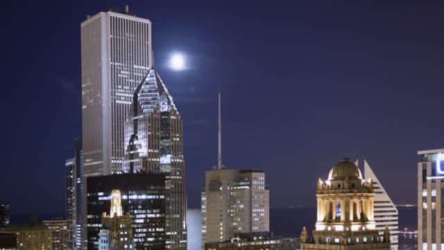 vídeos de stock, filmes e b-roll de ms t/l full moon rising over town / chicago, il, united states - chicago 'l'