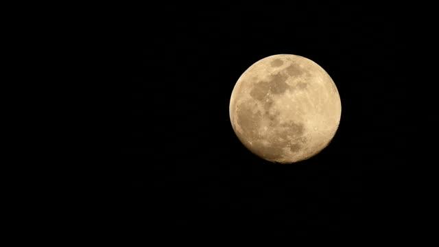 vídeos y material grabado en eventos de stock de luna llena levantándose cielo nocturno desde la entrada hasta la salida - full hd format
