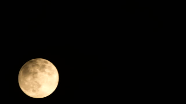 vídeos de stock e filmes b-roll de full moon time lapse - lua