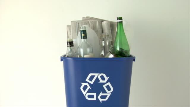 ms, full recycling bin - mellanstor grupp av objekt bildbanksvideor och videomaterial från bakom kulisserna