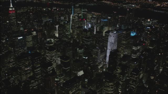 vídeos de stock, filmes e b-roll de full shot of buildings in manhattan at night - centro rockefeller