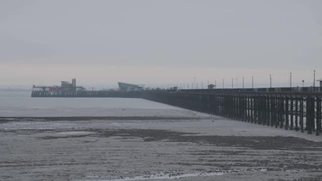 full shot of the southend pier in southend-on-sea - エセックス州点の映像素材/bロール