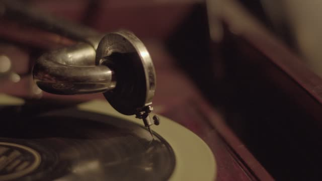 vidéos et rushes de full shot of the hand of a man placing the pickup of a phonograph onto a record - platine de disque vinyle
