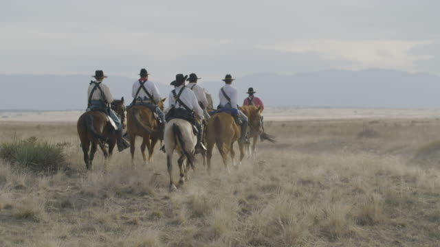 full shot of the soldiers of the us cavalry moving through the plains - historische szene stock-videos und b-roll-filmmaterial