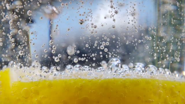 フルソーダラモン水 - 黄色点の映像素材/bロール
