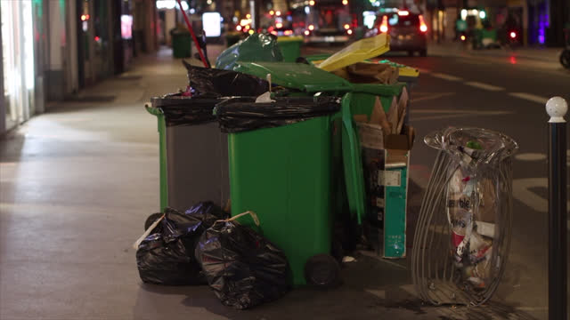 stockvideo's en b-roll-footage met full trash cans on the street - afvalcontainer container