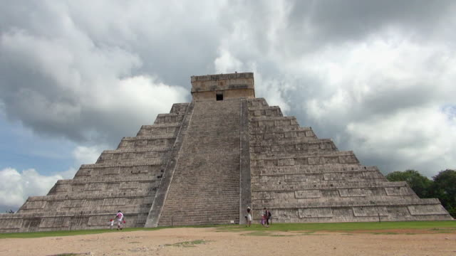 full view of the pyramid of kukulkan - aztekisch stock-videos und b-roll-filmmaterial