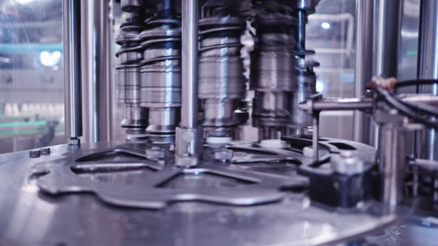 voll automatisierte hochgeschwindigkeits-milchabfüllanlage - industriegerät stock-videos und b-roll-filmmaterial