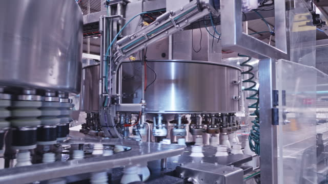 vídeos de stock e filmes b-roll de fully automated high speed milk bottling plant - comida e bebida