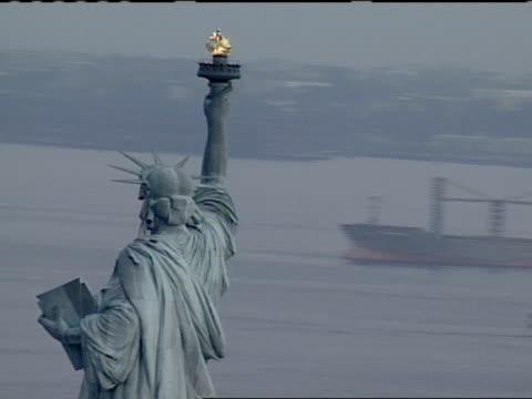 vídeos de stock e filmes b-roll de fully circling top half of statue of liberty, ships in hudson river below. - statue of liberty new york city