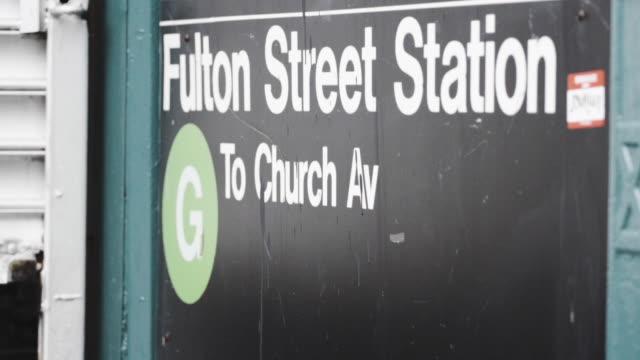 fulton street subway station - establishing shot - june 2016 - street name sign stock-videos und b-roll-filmmaterial